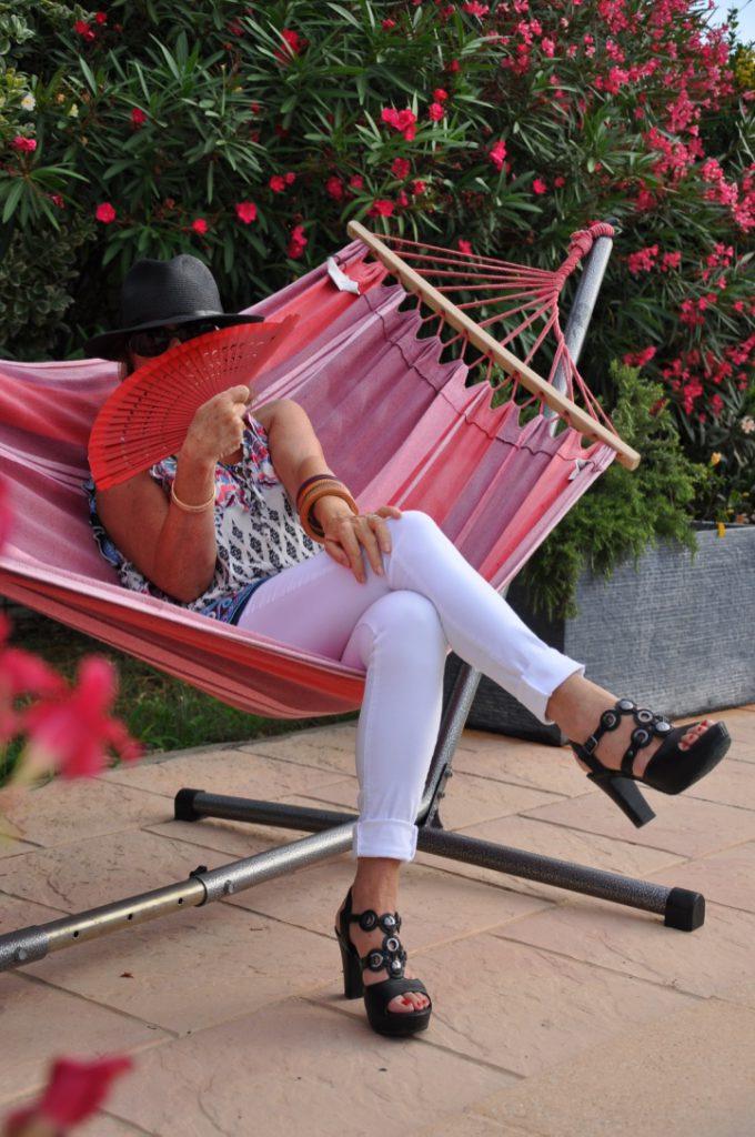Chaleur- éventail- chapeau -lunettes de soleil