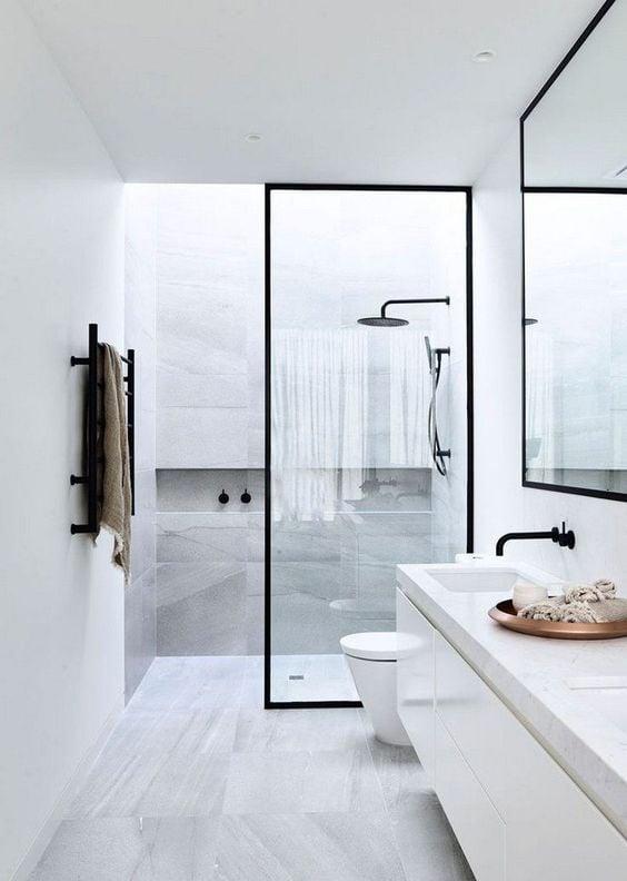 Oser le noir dans une salle de bain.